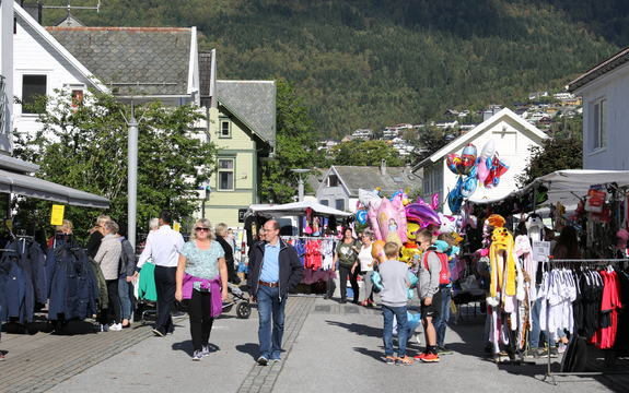 Foto: Anna Wuttudal. Folk i gate