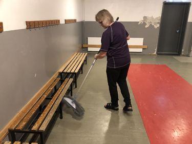 Ann-Kristin Madsen vasker i de gamle garderobene