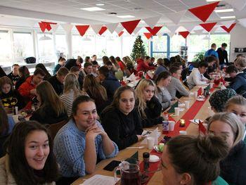 Elevane er samla for å ete julegraut i kantina