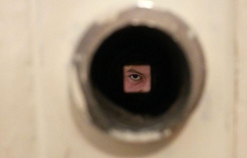 Fotografi av et øye gjennom dør