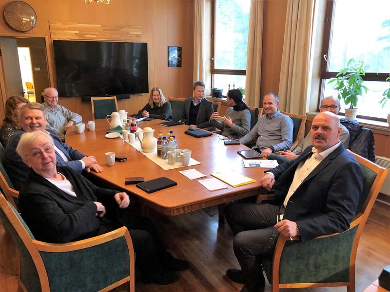 Stor delegasjon på ordførerens kontor for å snakke om Venneslabroa.