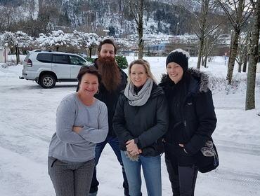 Rektor Liv Horvei i lag med Anna Johannson, Bjørn Anderson og Pia Westin frå Ösby på besøk på Øyrane.