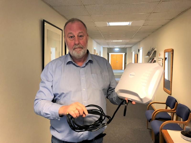 Torgeir Haugaa viser mobil-bredbåndet som kan lånes.