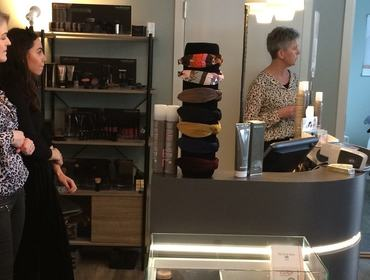 Ein elev og tre frisørar
