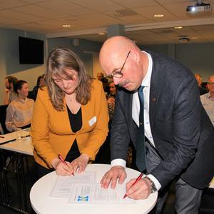 Nils Olav Larsen skriver under kontrakten