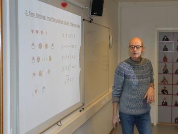 Sigbjørn Hals underviser i matematikk