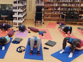 Elevar som driv med yoga.