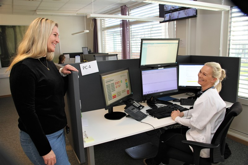 Her på responssenteret på Valhalla tarde imot meldingene fra trygghetsalarmer. På bildet digitaliseringsrådgiver Elisabeth Jeppestøl og sykepleier Lene Skeie.