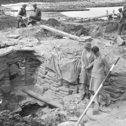 Frå utgravinga ved Scara Brae, Foto Tom Kent. Kjelde: Orkney Library & Archive.