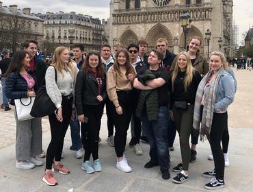 Elevane framfor Notre-Dame