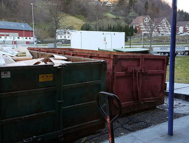 Container utanfor skulen
