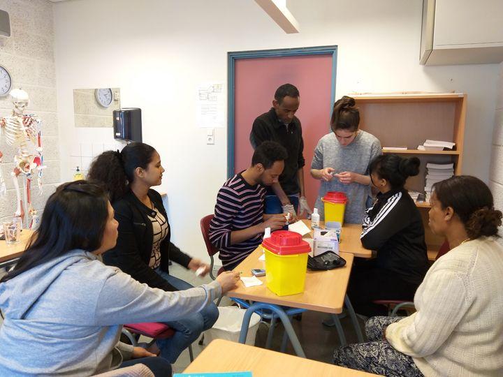 Elevar i VHOA øver seg på å måle blodsukker.