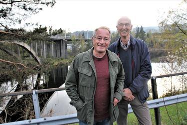 Per Svein Holte og Tom Egerhei skal kartlegge mulighetene langs Otra fra byen og helt opp til Bjåen.