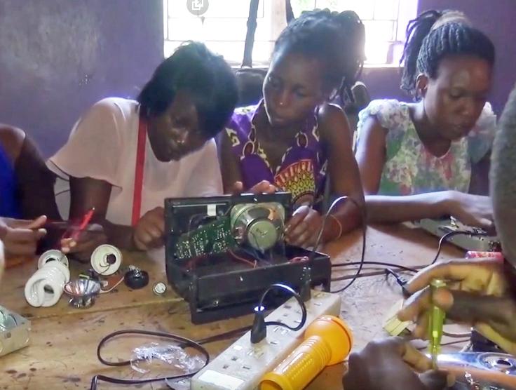 Jenter reparerer radioer.jpg