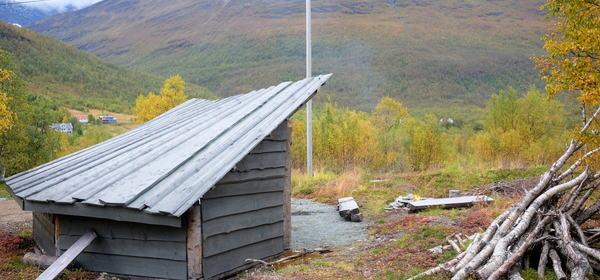 Otertun i Storfjord. Fantastisk utsikt og en flott, tilgjengelig gapahuk, men bålplassen er ikke tilgjengelig for rullestolbrukere. Det er enkelt å gjøre noe med! Foto: Maja Sjöskog Kvalvik.