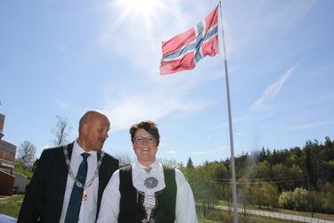 Ordfører Nils Olav Larsen og Anita B. Åsan