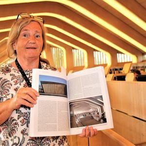 Anne Kjersti Bentsen med den franske boka som har et helt kapittel om Vennesla.