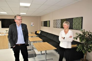 Rådmann og rektor i det nye flotte personalrommet.