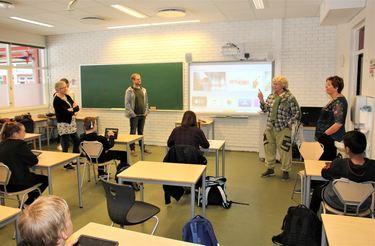 Alle de besøkende fikk se nettbrett i bruk i praksis i klasserommene.