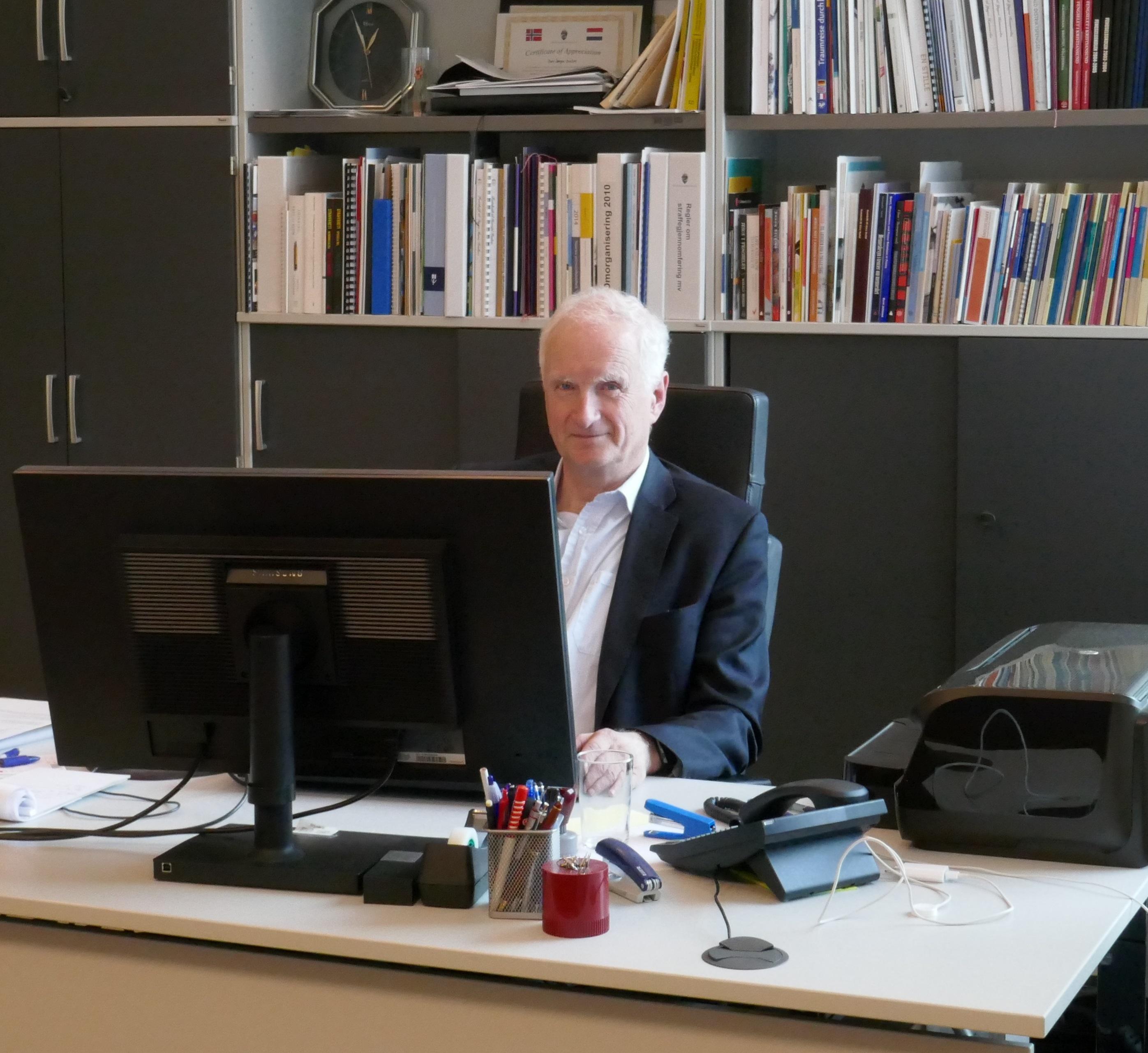 P1000480 Hans-Jørgen ved skrivebordet - utsnitt.jpg