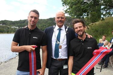 Ordføreren sammen med gravemaskinførerne Thomas Bjørndalen og Per Erik Hovden.