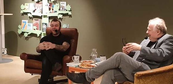 Hallvor Fossum og Hans Petter Ringstad i samtale på seniorkafé våren 2019.