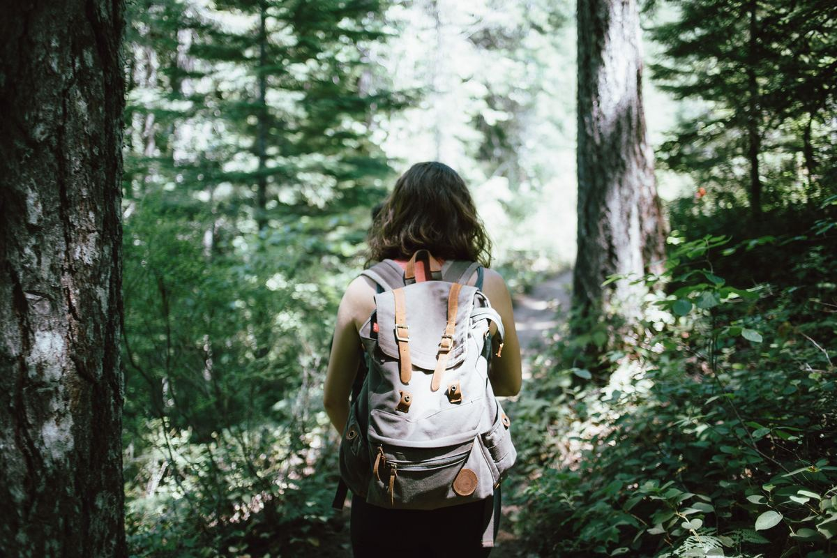 Jente på tur i skogen