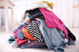 For små eller slitte kleder kan du levere til tekstilcontainarar.