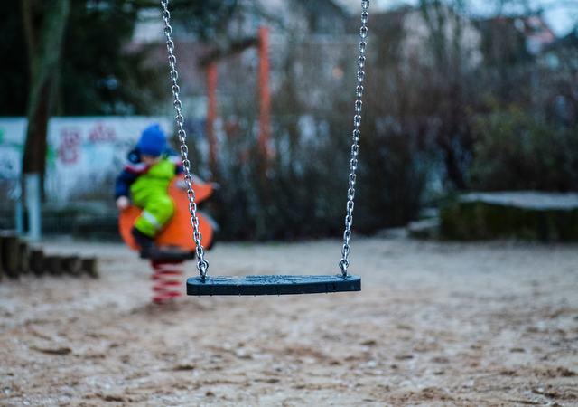 Ronse med lekende barn i bakgrunnen. Foto av Markus Spiske