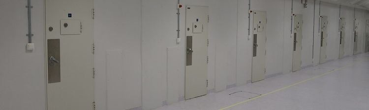 IMG_3725 fengselsdører i rekke utsnitt 1000x300