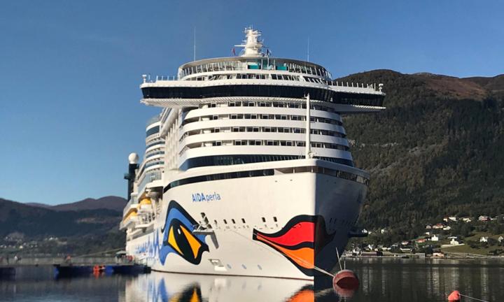 Cruisebåten AidaPerla til kai i Eid sentrum