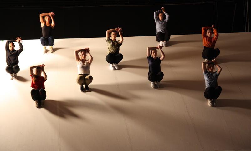 Dans på skråscene ved Firda vgs