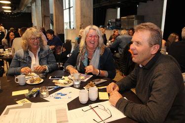 Rørlegger Steinar Holbæk forsøker å finne løsninger på utenforskap sammen med Ann Lisbet Drivenes og Anne Britt Engestøl.