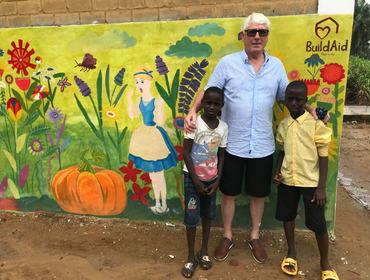 Ole Stenbakk utanfor skulen i Freetown