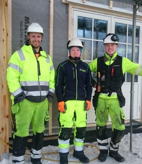 TEAMET: Aivars Jeromans (t.v.) har ansvaret på byggeplassen i Trollvika og er fornøyd med innsatsen til André (midten). Til høyre er lærling Tarjei Vestjord. Foto: Hanne Moen
