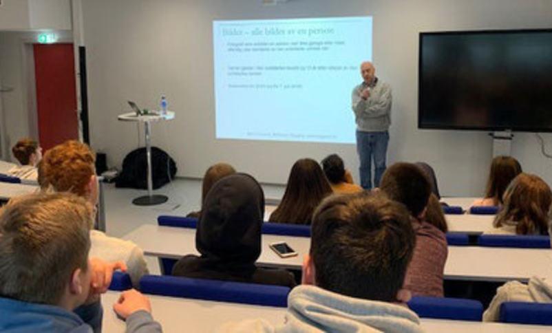 Elever og føredragshaldar i auditoriet ved Hvgs