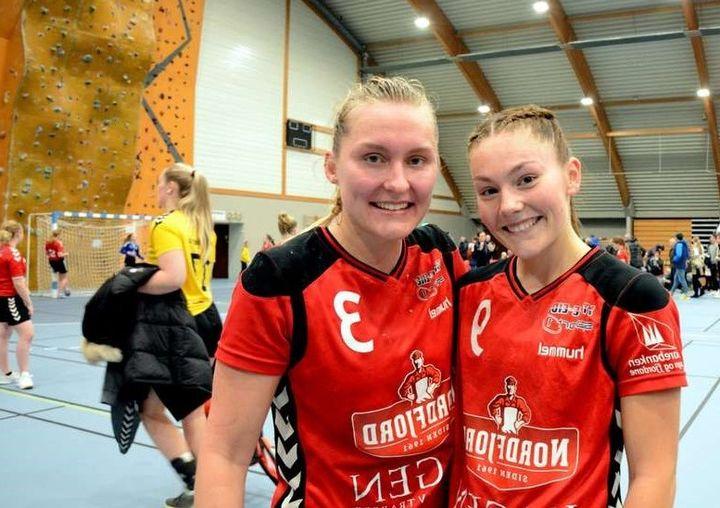 Scorar mange mål for Stryn: Joanna Kveen Øvre-Flo (t.v.) og Ida Sønsterudbråten.  Foto: Roy Aron Myklebust