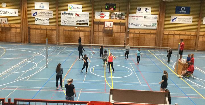 Elevar som spelar volleyball