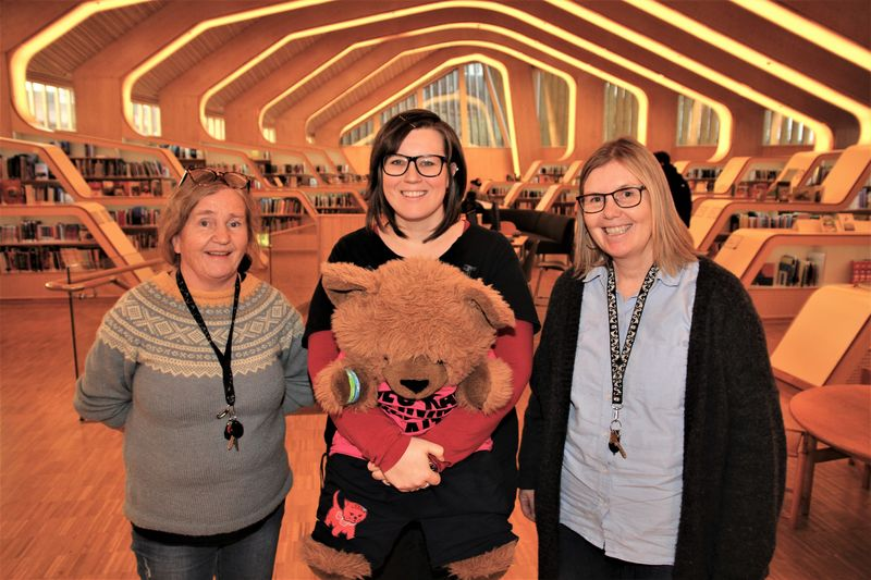 Fra venstre: Biblioteksjef Anne Kjersti Bentsen, barne og ungdomsbibliotekar Caroline Gabrielsen og bibliotekmedarbeider Ann-Cathrin Sagedal.