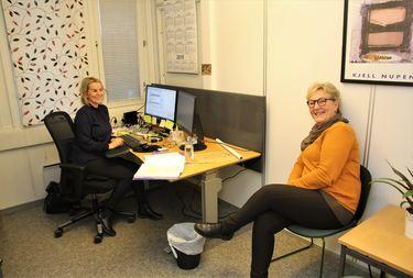 Liv Tone Morken og Judith Fredriksen i prat på kontoret.