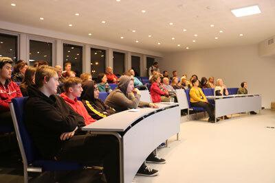 Elevar og føresette i auditoriet