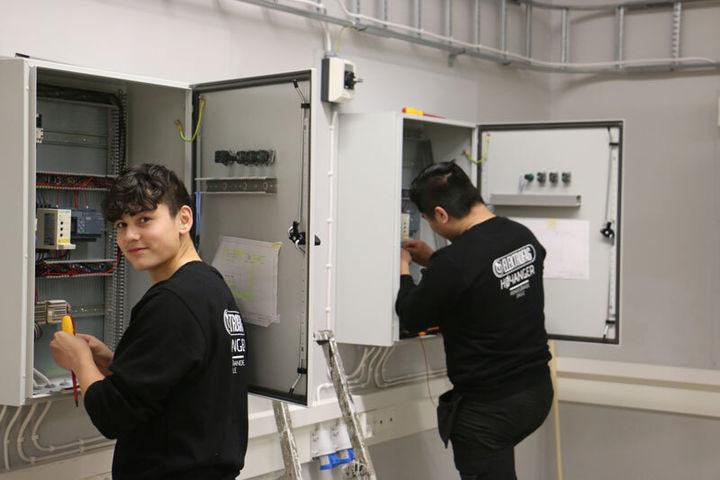 2 elevar på elektro arbeider med sikringsskap