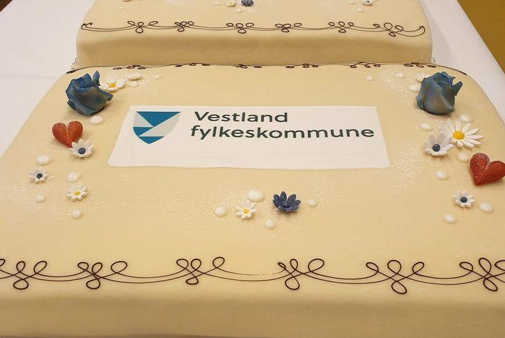 marsipankake med logo til vestland fylkeskommune