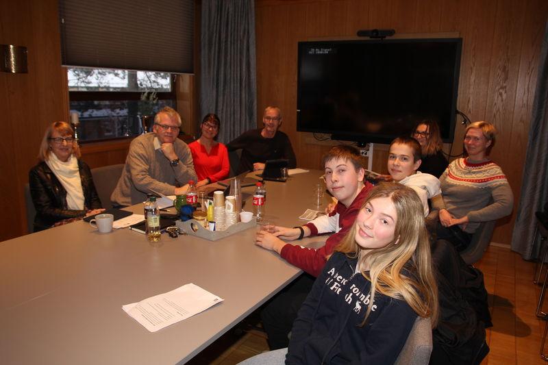 Emma Bærø, Gustav Drivenes og Torjus Viksnes hadde møte med rådmannens ledergruppe mandag. De unge ble hørt.