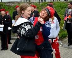 to jenter ikledd russeklede med andre russ i bakgrunnen