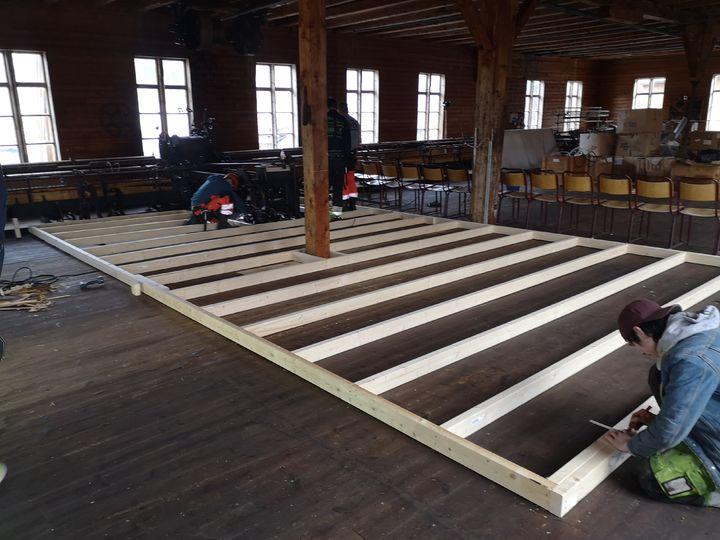 Vg2 Byggteknikk på prosjektoppdrag på Innvik Ullvarefabrikk   Foto: Håvard Nygård