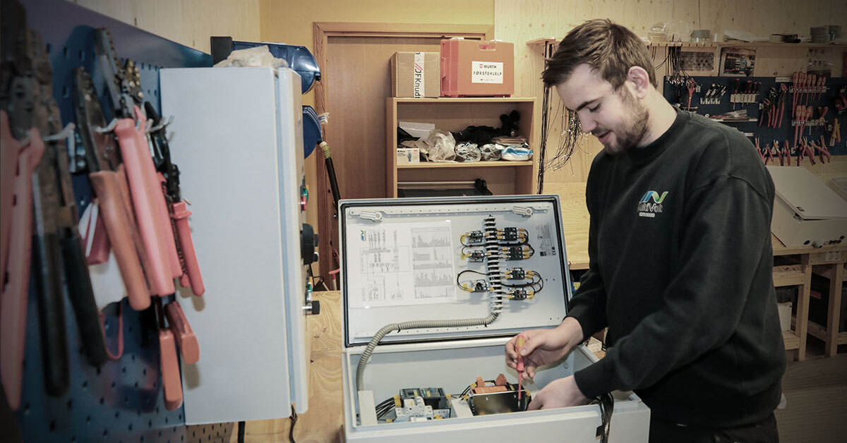 Å montere skap er ei av dei mange oppgåvene Sølve Andre Dale får prøve seg på som lærling hjå Multivolt.