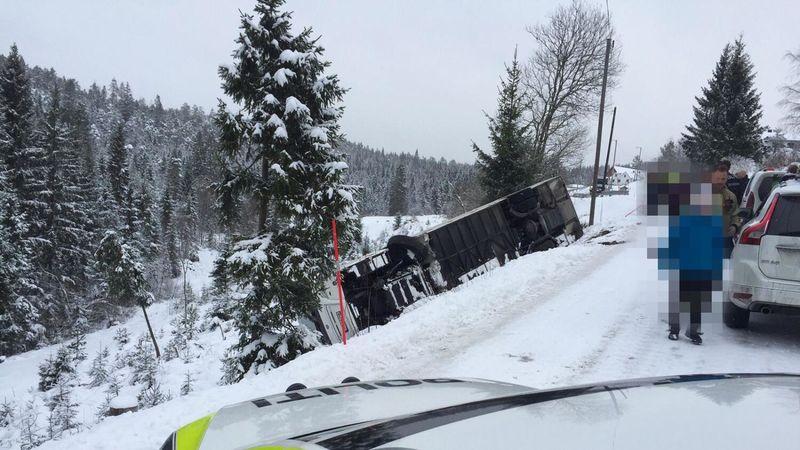 Heldigvis kom ingen alvorlig til skade fysisk da skolebussen med 23 elevber veltet nedenfor Steinsland torsdag. Foto: Christopher Johansen, Vennesla Tidende.