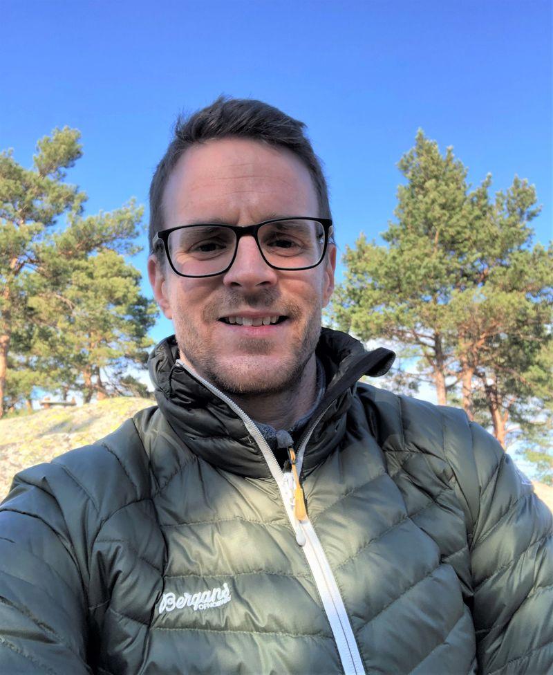 Fredrik Mikkelsen på tur i skogen for å samle krefter.