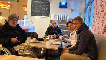 Russ på tur: Jakob Bø og Andreas Flo Stavik (t.h.) tok med seg Martin Åmås (t.v.), og Jan Magne Sandvik (i midten) frå Stryn omsorgssenter ut på tur i sentrum og kafe.   Foto: Snorre Øvreberg